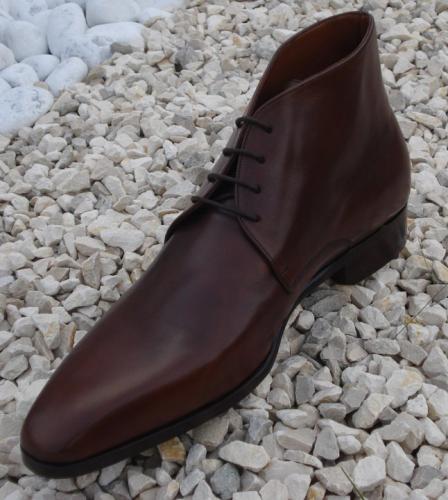 Chaussure montante à 4 trous de lacet, marron travaillé, semelle en cuir. Qualité exceptionnelle à votre gout.