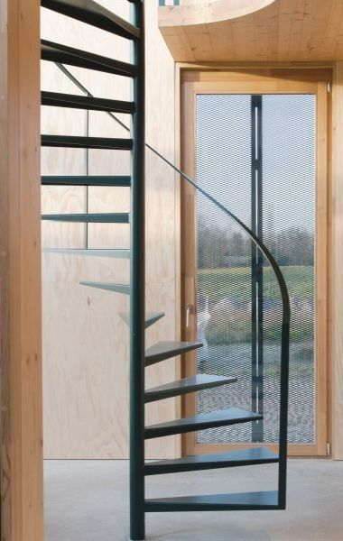 Metalen draaitrap • modern • nieuwbouw • houten wanden • Architecten: GAFPA