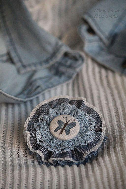 Купить или заказать Брошь Крылья бабочки. Джинсовая брошь в интернет-магазине на Ярмарке Мастеров. Легкая воздушная брошь из хлопка и нежной хлопковой пряжи в джинсовом стиле. Одев такую брошь даже на обычную футболку, рубашку или топ, можно моментально преобразить внешний вид и настроение. Брошь можно крепить на одежду, шляпу, пояс или сумку. ------------------- Крепление - на специальной застежке для броши. Другие БРОШИ-БАБОЧКИ здесь www.livemas…