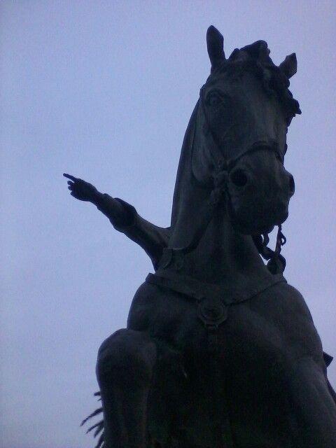 Re Manfredi a Cavallo. Opera dell'artista Salvatore Lovaglio.2015. Manfredonia, Piazza Castello-lungomare