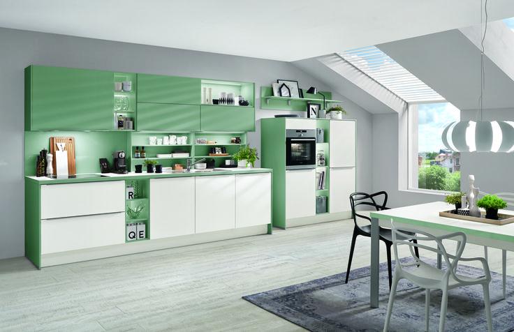 Kuchyně v pastelově zelené kombinaci s bílou