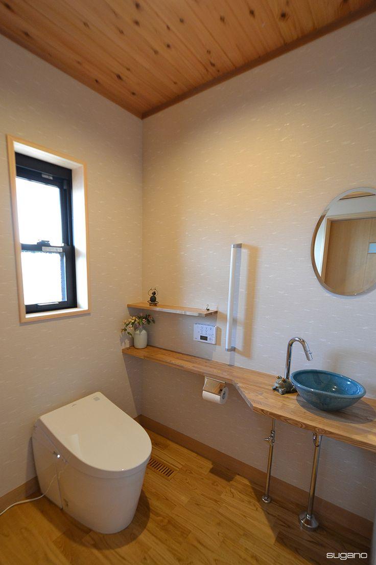 和風住宅のトイレ。タモの積層材でカウンターを造り陶器の手洗い器を設置。※HP未掲載写真 #和風住宅 #家づくり #トイレ #和風トイレ #手洗器 #手洗いカウンター #設計事務所 #木質感 #菅野企画設計
