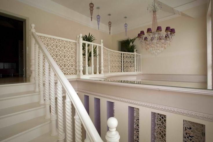 Маршевая белая лестница из ясеня с резными балясинами и вставками в ограждение из искусственного камня