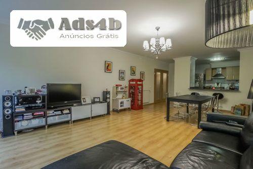 Este apartamento de 3 assoalhadas distingue-se pela sua cozinha semi-aberta, moderna e totalmente equipada. Dispõem de uma sala bastante ampla, de dois quartos com excelentes áreas, duas cas...