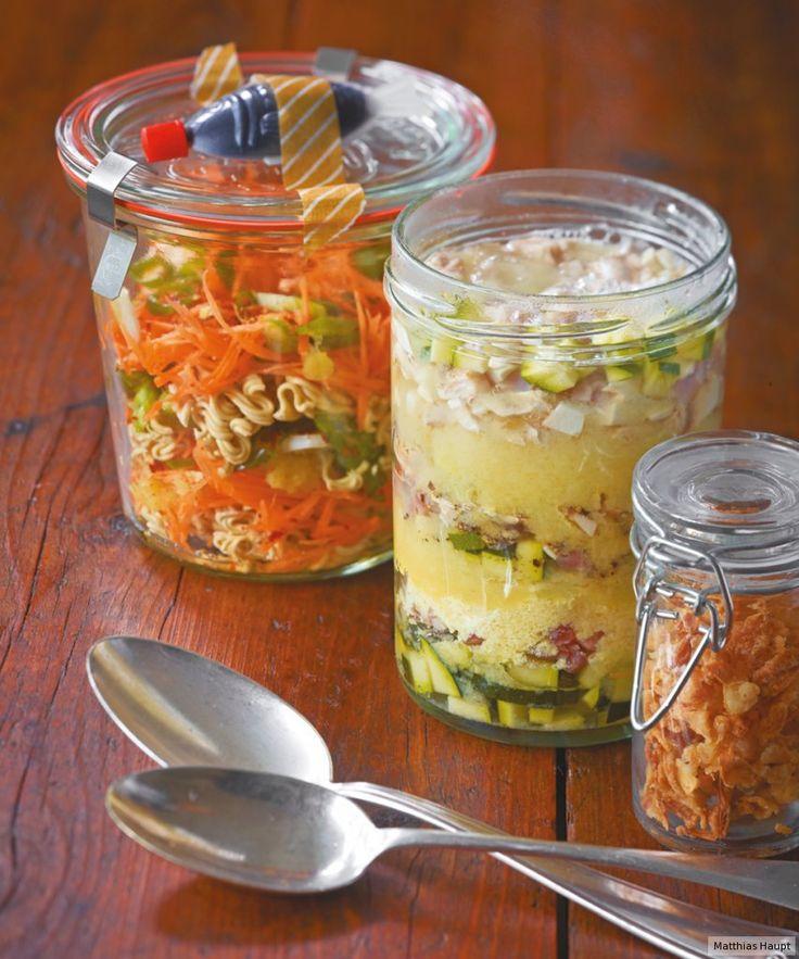 Tolle Alternative zur Bürostulle: Zu Hause schichten Sie Suppenzutaten in ein Glas und im Büro gießen Sie mittags heißes Wasser drauf. Garantiert besser als beim Chinamann um die Ecke!