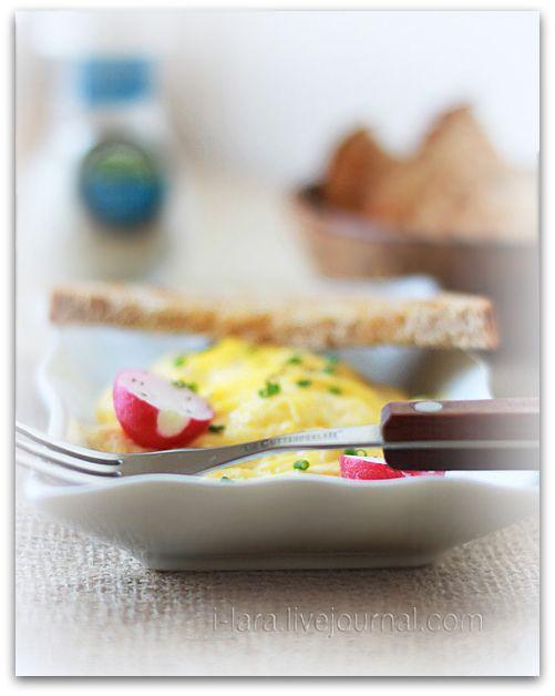 ЯИЧНИЦА... В КАСТРЮЛЕ ЗА 20 СЕКУНД Эта яичница-болтунья не жарится в сковороде, а варится в воде ровно 20 секунд. Через 20 секундснимаешь с кастрюли крышку – а…