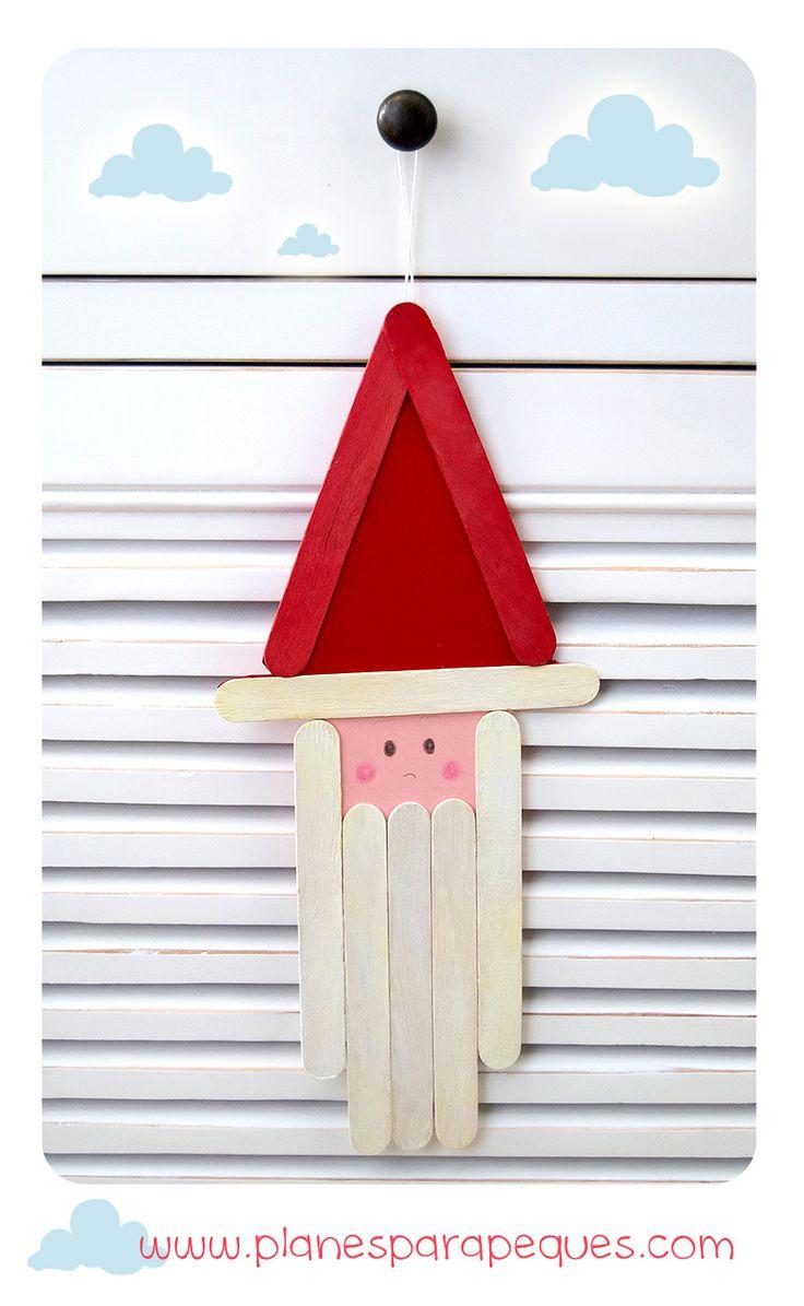 Manualidad de Papá Noel con Palitos. http://www.planesparapeques.com/2014/12/11/manualidad-de-papa-noel-con-palitos/