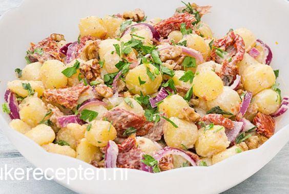 Deze zomerse salade met krieltjes, rode ui, walnoten en gedroogde tomaten met yoghurt dressing is heerlijk fris. Daarnaast is deze salade super snel klaar. Lekker als fris bijgerechtje bij de bbq of lekker als lunch met een sneetje vers brood erbij. Enjoy.