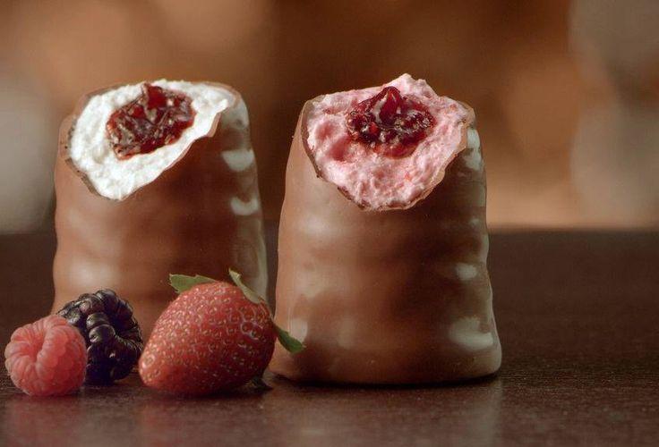Bombom de Maria-Mole(Nhá Benta) .Ingredientes 2 envelopes de gelatina em pó, sem sabor, branca (24 g) . 1 xícara (chá) de água . 2 xícaras (chá) de açúcar . 1 colher (chá) de baunilha . 1/2 colher (chá) de óleo para untar . 350 g de chocolate ao leite picado COMO FAZER O BOMBOM …