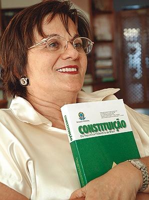 Maria da Penha Maia Fernandes: torturada e quase morta pelo marido (está paraplégica); após as tentativas de homicídio, Maria da Penha começou a atuar em movimentos sociais contra violência e impunidade. Sua história originou a Lei 11340 (chamada Lei Maria da Penha), em 2006, pelo fim da violência contra a mulher. Hoje ela atua junto à Coordenação de Políticas para as Mulheres da prefeitura de Fortaleza e é considerada símbolo contra a violência doméstica.