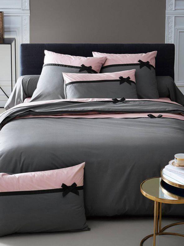 Funda nórdica reversible de la marca 3 SUISSES, modelo Roman. Una cara de color gris y rosa palo con bies y lazo a contraste. La otra cara en gris uniforme. - Venca - 455144