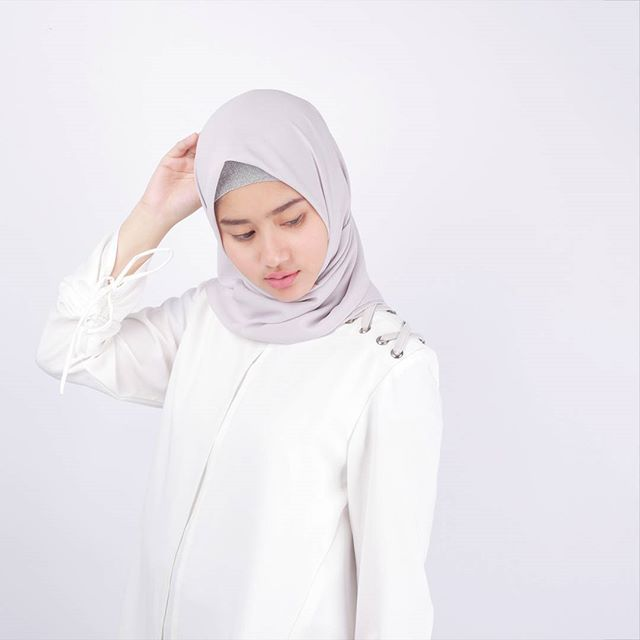 Assalamualaikum ladies. . Please welcome another hongi top new variant . HONGI TOP WHITE . Cocok banget buat atasan formal dipake ngantor ga kalah keren juga dipake gaul ke mall buat kamu yang sebelumnya udah punya warna cream dan navy ga rugi deh nambah satu warna lagi. . Now available exclusive at www.eclemix.com . Or kindly reach our admin contact at:  line@ : @eclemix  WA : 081326004010 . Happy shopping and happy long weekend  . #eclemix #fashion #hijab #beauty #white #top #formal…