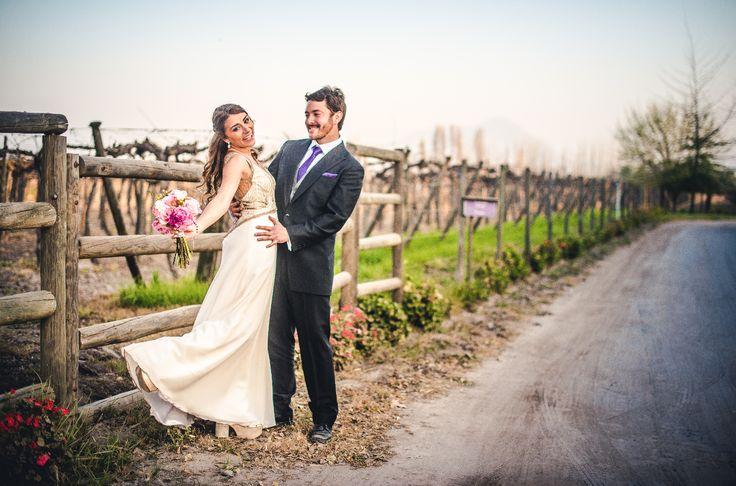 novios, espacio viña linderos, chile, wedding dress, wedding bouquet, bride and groom, vineyard, chic