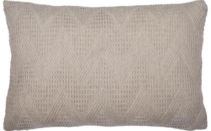 Dit beige gehaakte kussen van wol maakt je huis gezellig! - Goossens wonen & slapen