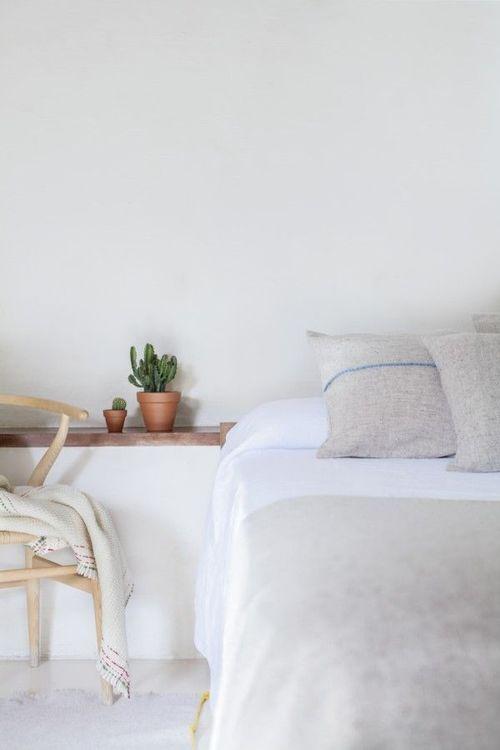 Dormitorio simple y clásico con la silla Wishbone