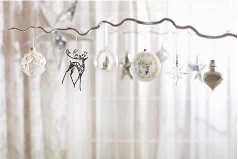 Tonurile puternice de argintiu conferă spatiilor o stralucire nobila. #kikaromania #glob #brad #accesorii #decoratiuni #iarna #Craciun #MosCraciun #zapada #emotie #lumanari