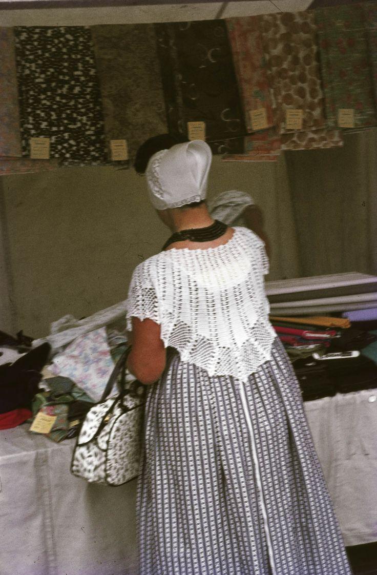 Vrouw in Walcherse streekdracht op de markt te Middelburg 1969 #Zeeland #Walcheren