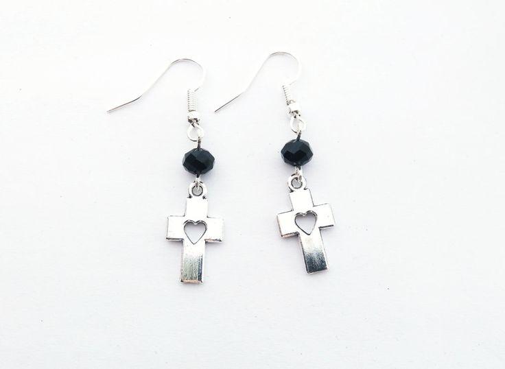 Gothic-Schmuck - Kreuz Ohrringe mit Herzen und schwarzen Perlen - ein Designerstück von Nesherim bei DaWanda