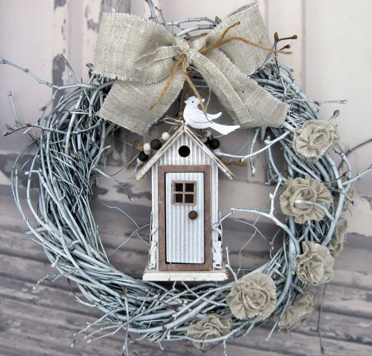 Zabydleno... Věneček z proutí, laděný do bílé barvy, krásně propracovaný domeček s otevíracími dveřm a plechovými doplňky, drátovaný vnitřek, mašle a květy ze lnu, průměr věnečku 31 cm.