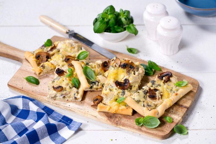 Blåmuggost på pizza smaker utrolig godt, og sammen med kylling blir det enda bedre. Her bruker vi Crème Fraîche i fyllet.