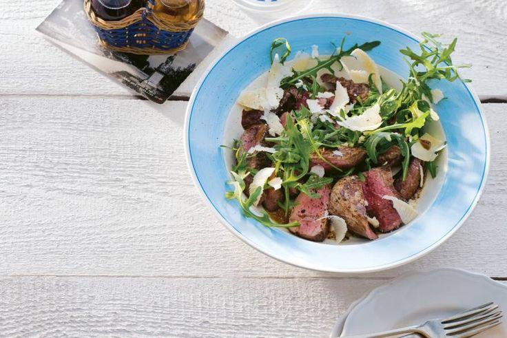 Een snel en lekker hoofdgerecht? Niet langer zoeken! Deze salade maak je in slechts 15 minuten. En lekker dat-ie smaakt! - Recept - Allerhande