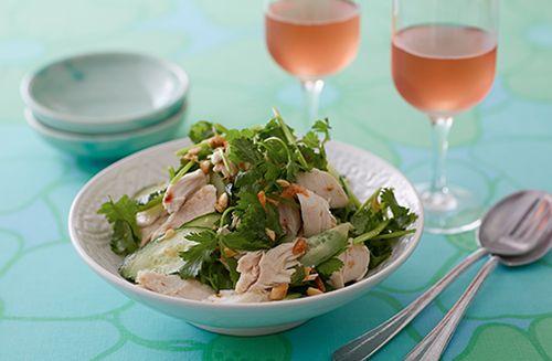 蒸し鶏ときゅうりのエスニックサラダ | お酒にピッタリ!おすすめレシピ | サッポロビール