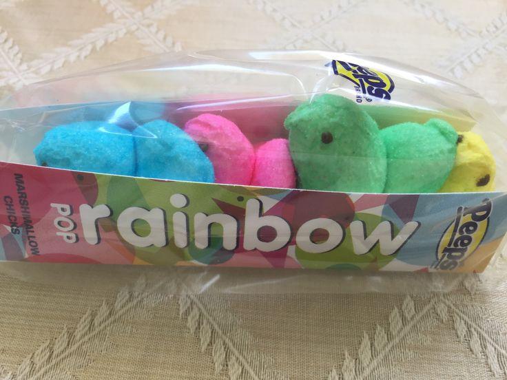 A tradição de Páscoa nos EUA não está nos Ovos de Chocolate, mas nos Peeps, passarinhos de Marshmallow. Confesso que eu prefiro o ovo, pois esses bichinhos são fofinhos mas muito doces pro meu paladar, de qualquer forma, não poderiam faltar na festinha de Páscoa que vai rolar aqui em casa amanhã. E o arco-íris é uma homenagem também a minha amada comunidade LGBT 🏳️🌈 Feliz Páscoa! 🐥🐰🐦😜