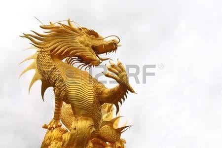 dragon chino: Estatua de Dragón dorado en el templo chino en la provincia de Chon Buri, Tailandia.