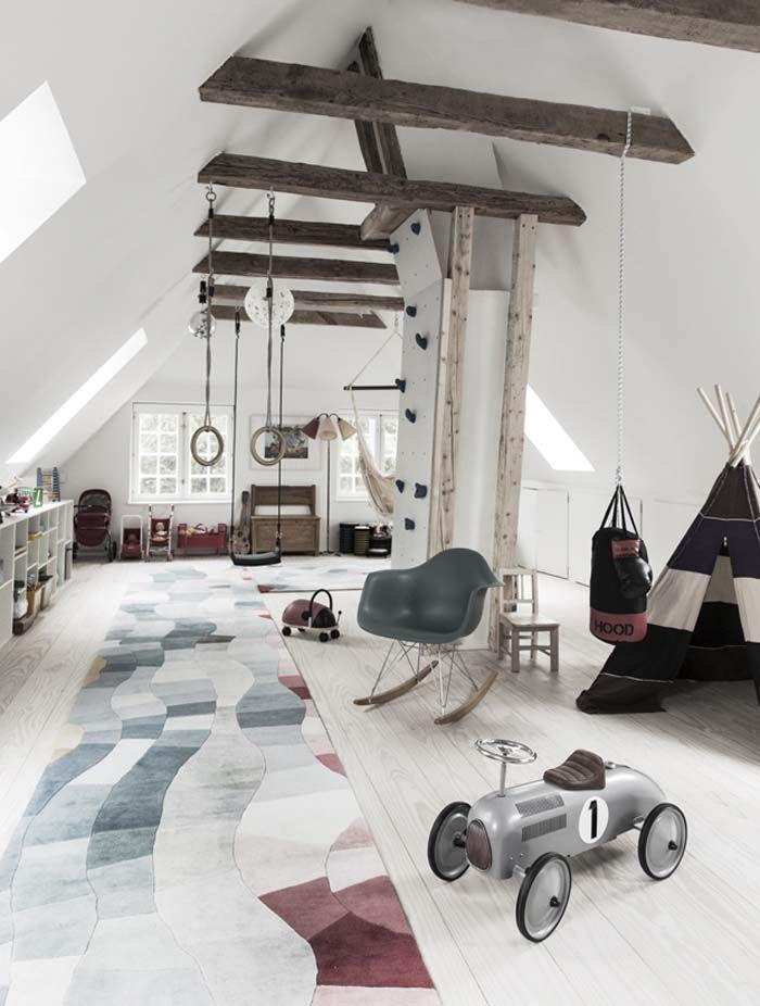 grenier aménagé en une grande pièce de jeux pour les enfants