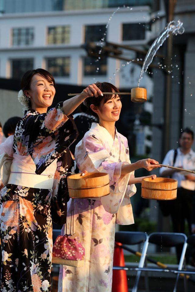 蒸し暑い夏の日本、昔からの風習で打ち水で涼しく過ごせるように工夫しています。