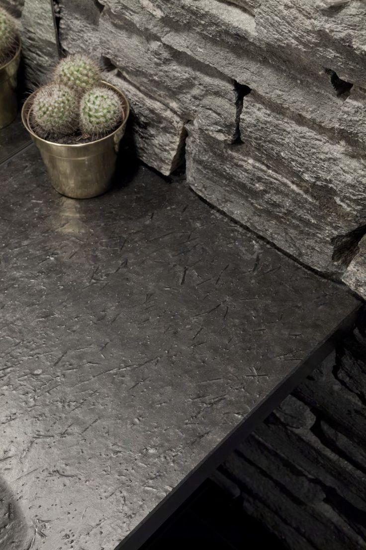 Schieferfliesen von Rathscheck Schiefer: Natürlich schön und ewig edel. Schieferfliesen verwandeln Bäder, Wohnräume, Küchen und Kamine in Designstücke mit urbanem Flair. Denn Schiefer eignet sich auch perfekt als Kombinationsmaterial im Zusammenspiel mit Holz, Glas, Metall und Keramik.