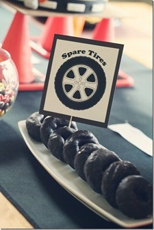 Spare tyre donuts. This would be sooo cuts for a little boys party! Gosh I wish I had a little boy too.....