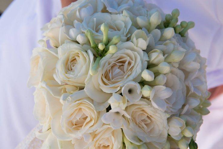 #Lefkas #Lefkada #weddingbouquet Roses and bouvardia @gouriotiflowers @2gstudio