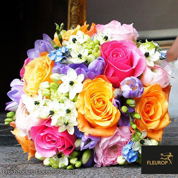 Kleurrijk traditioneel gebonden bruidsboeket van Fleurop bloemist Bloemerie 88 te Oss