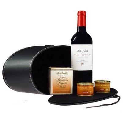 El Lote Deluxe II está compuesto de los siguientes productos: - 1 botella de vino tinto Artadi Viñas de Gain 75 cl. - 1 terrina de paté de liebre a las nueces Castaing 67 gr. - 1 terrina de paté de jabalí a la salvia y bayas Castaing 67 gr. - 1 crema Parmesano Reggiano D.O.P. con trufa Tartuflanghe 190 gr. - 1 estuche de piel negro oval.
