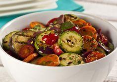 Salada de Legumes Grelhados com Molho de Iogurte. Os legumes quentes e o molho de iogurte ficam perfeitos para o clima. Combinação perfeita e saudável!