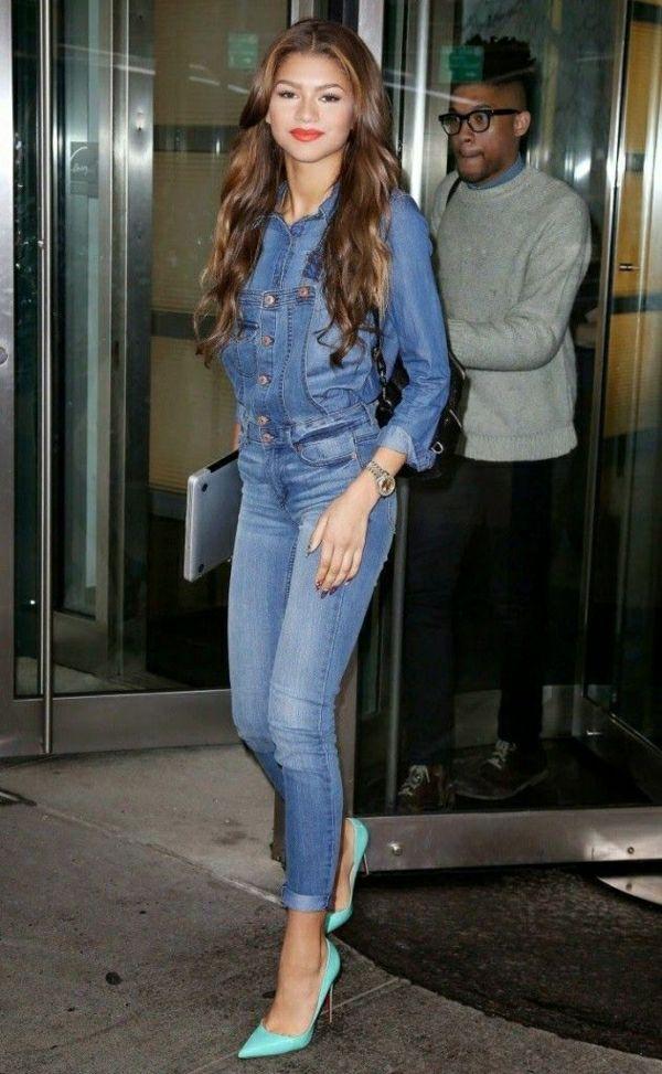salopette en jean, talons bleus, portés par les stars, mode, cheveux caramel