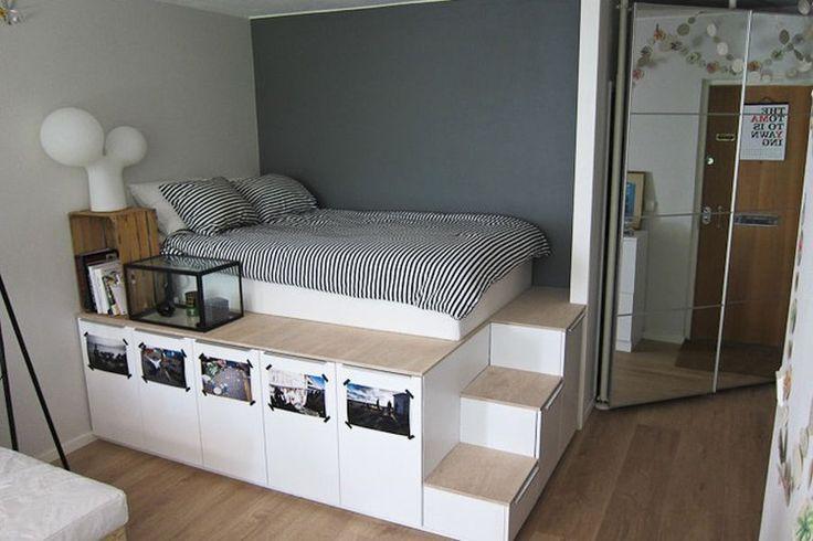 Pour gagner un maximum de place dans son petit studio, un internaute s'est fabriqué cet ingénieux podium de rangement avec des éléments de cuisine provenant du géant du meuble suédois. Les plans sont disponibles sur le site Bidouilles Ikea. ©  Bidouilles Ikea