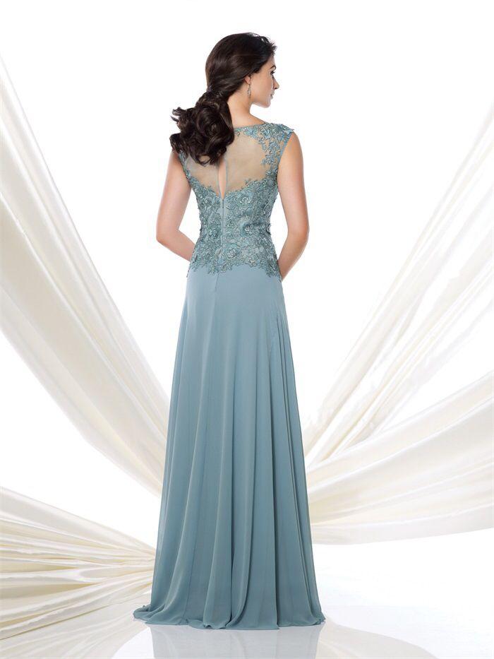 Prachtige lichtblauwe lange jurk van chiffon met top van kant. Achterzijde.