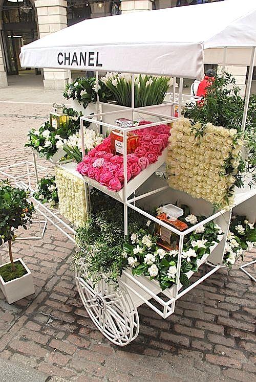 Sélection FLOWER par Ma Sérendipité  |  Chariot de fleurs pop-up CHANEL à Covent Garden, London