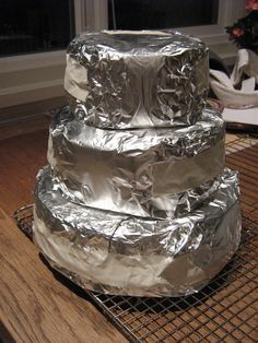 Good suggestions for making a professional wedding cake at home.
