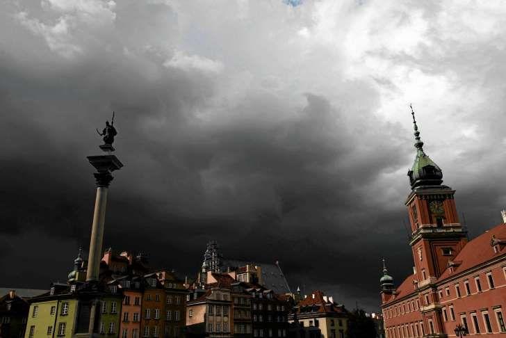 Chmury burzowe nad Placem Zamkowym w czerwcu 2013 r.