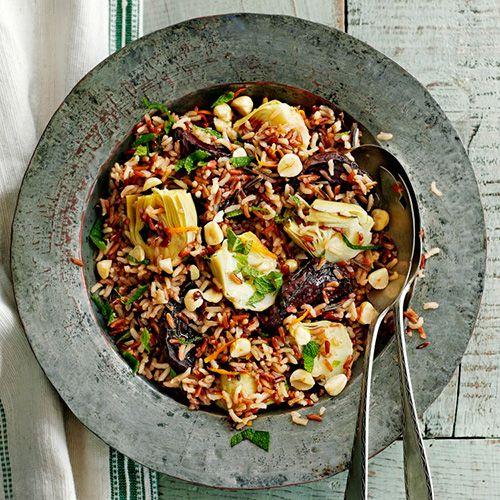 Deze gezonde salade met rijst en bietjes combineert goed met een witte vis. Een licht gerecht voor op een doordeweekse avond.     1 Verwarm de oven voor op 180 ºC. Snijdde bietjes in vieren, leg ze in een grotebraadslee, sprenkel de...
