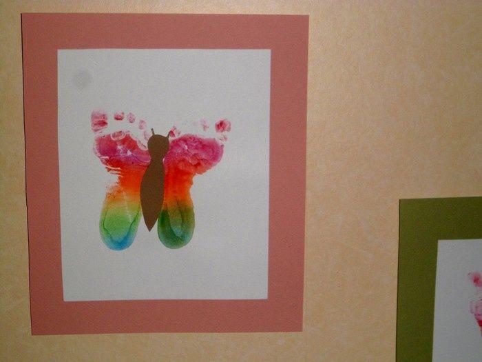 Des papillons avec les empreintes de pieds.