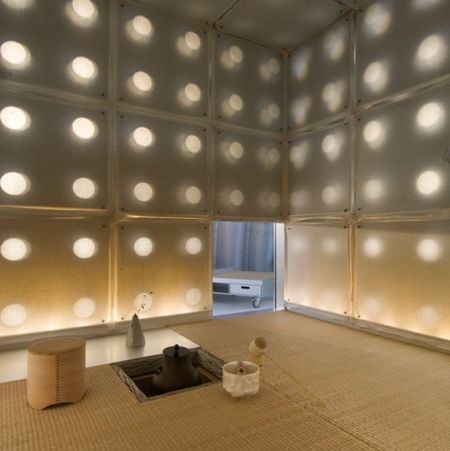 In his mountainside atelier, Toshihiko Suzuki, professor at the Tohoku University of Art and Design, constructed this minimally cubic two-tatami tea-ceremony room. Working in his favourite material — aluminium