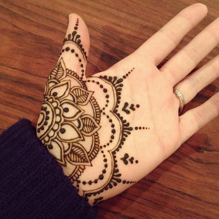 Henna on hand | flowery pattern