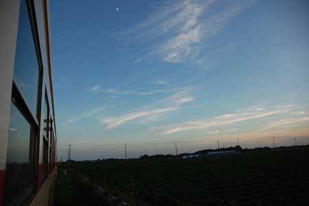 車窓に大きな空が広がると、本当に気持ちがいい。広角レンズで、広く、もっと広く空を映し込んで。2010/7 磯崎駅 ひたちなか海浜鉄道湊線144勝田行 車窓(ミキ300形)© 2010 風旅記(M.M.) 風旅記以外への転載はできません...