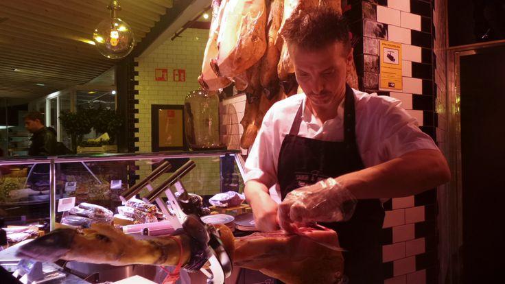 Miguel cortando un jamón de bellota 'Juan Manuel' para que lo pruebes.