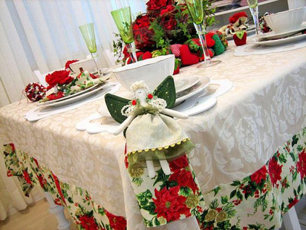 Reparem como fica linda a barra de tecido com estampa de Natal na toalha normal. Uma idéia que não é cara e fica muito bacana na mesa!!!