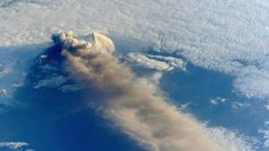 May 27, 2013 : Two Alaskan volcanoes could threaten air traffic between Asia and North America
